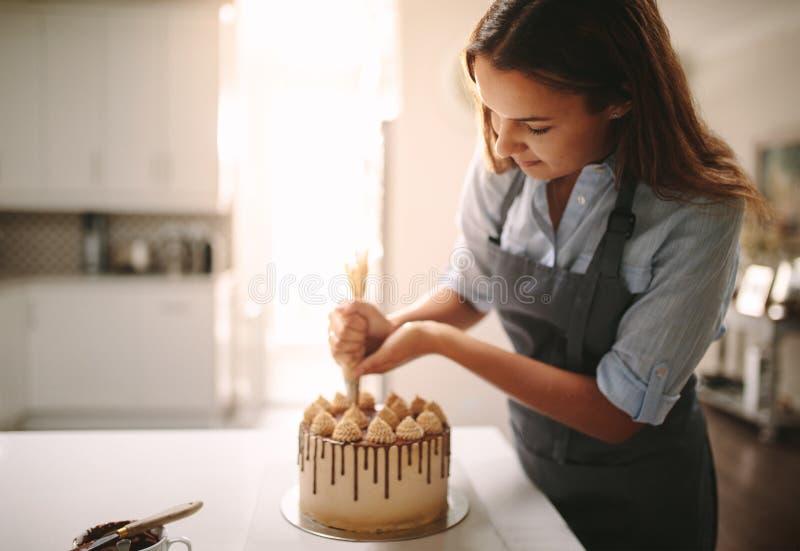 Chef-kok die een cake thuis maken royalty-vrije stock afbeelding
