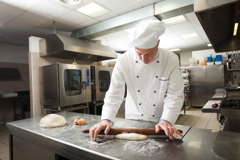 Chef-kok die gebakje voorbereiden royalty-vrije stock fotografie