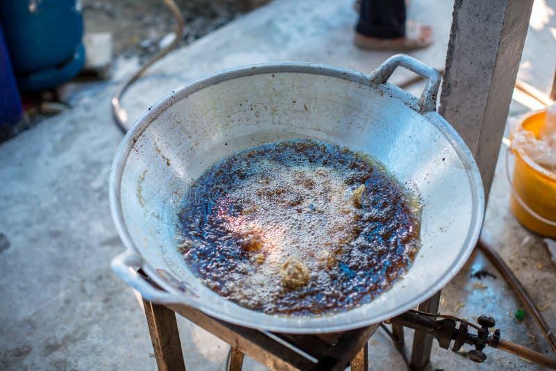 Chef-kok die gefrituurde vissen in de grote pan koken aan de Chinese voorbereiding van het banketvoedsel vet van trans-vet concep royalty-vrije stock afbeelding