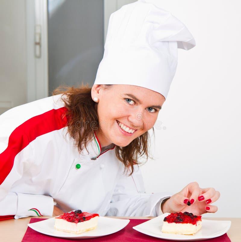 Chef-kok die heerlijk dessert verfraaien stock fotografie