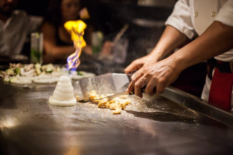 Chef-kok die knoflookgarnalen voorbereidt royalty-vrije stock foto's