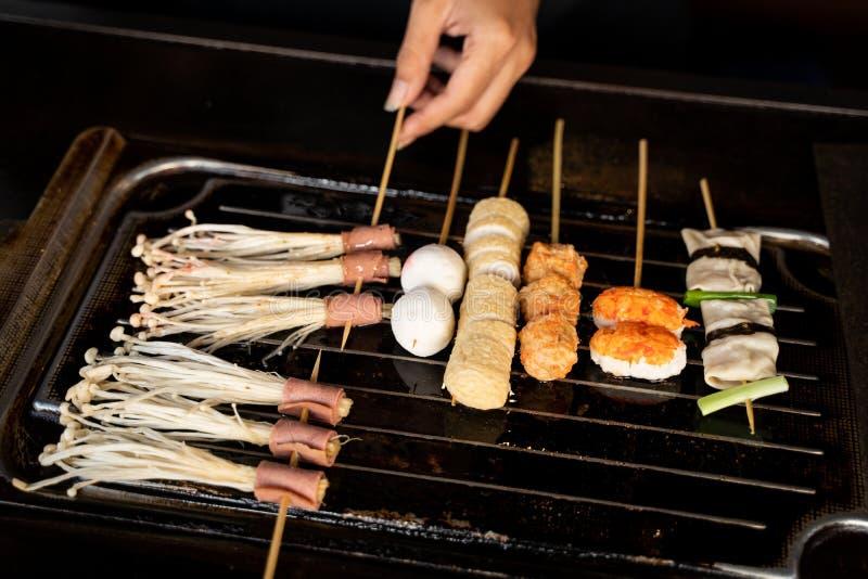 Chef-kok die Koreaans voedsel koken royalty-vrije stock foto