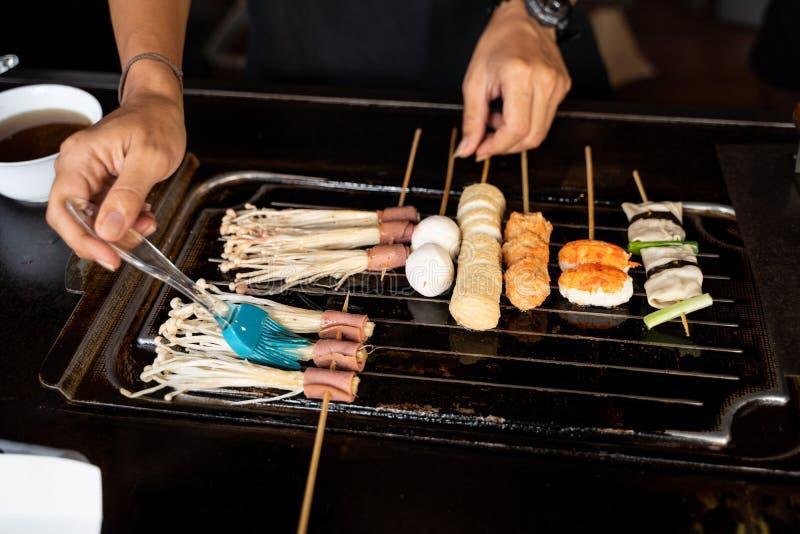 Chef-kok die Koreaans voedsel koken royalty-vrije stock afbeelding