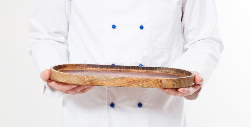 Chef-kok die lege die schotel houden op witte achtergrond wordt geïsoleerd stock afbeeldingen