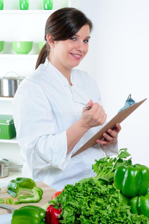 Chef-kok die Menu controleert stock afbeelding