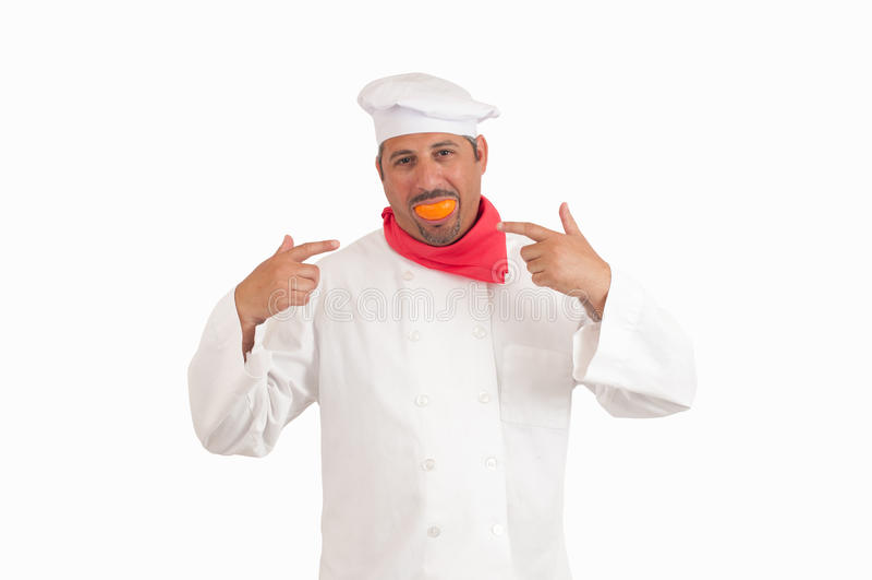 Chef-kok die met sinaasappel glimlachen stock foto