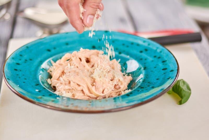 Chef-kok die pasta crema Di pollo koken royalty-vrije stock fotografie