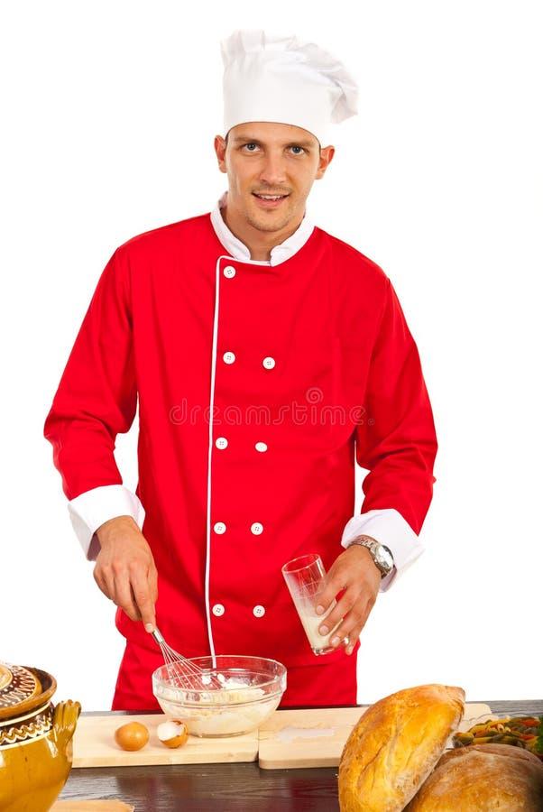 Chef-kok die pizzadeeg maken stock fotografie