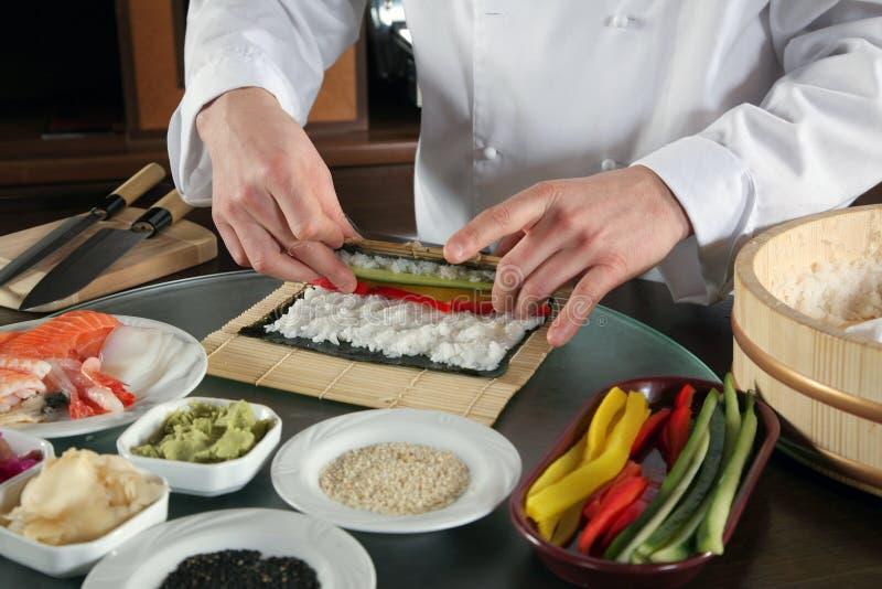 Chef-kok die sushi-3 voorbereidt royalty-vrije stock foto's