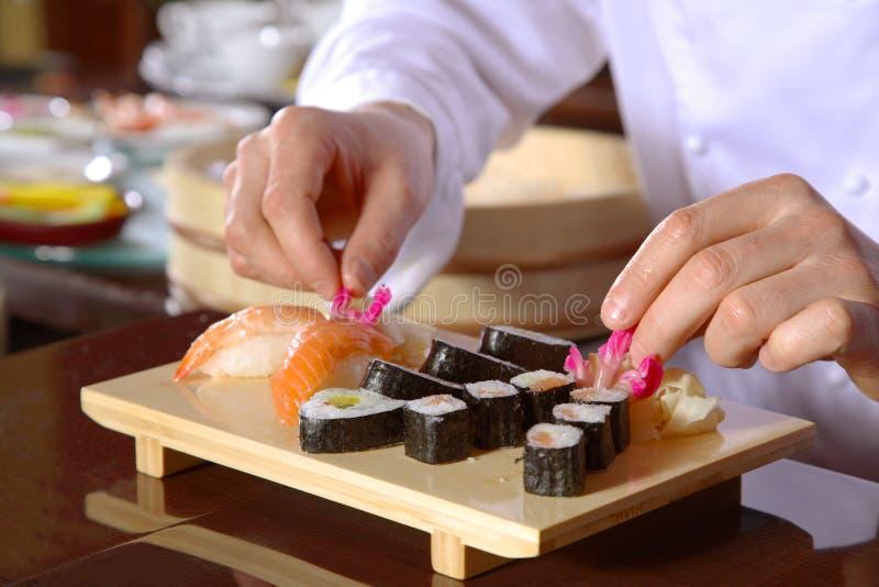 chef-kok die sushi voorbereidt stock afbeeldingen