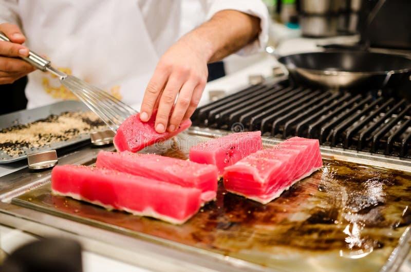 Chef-kok die tonijnlapjes vlees voorbereiden stock foto's