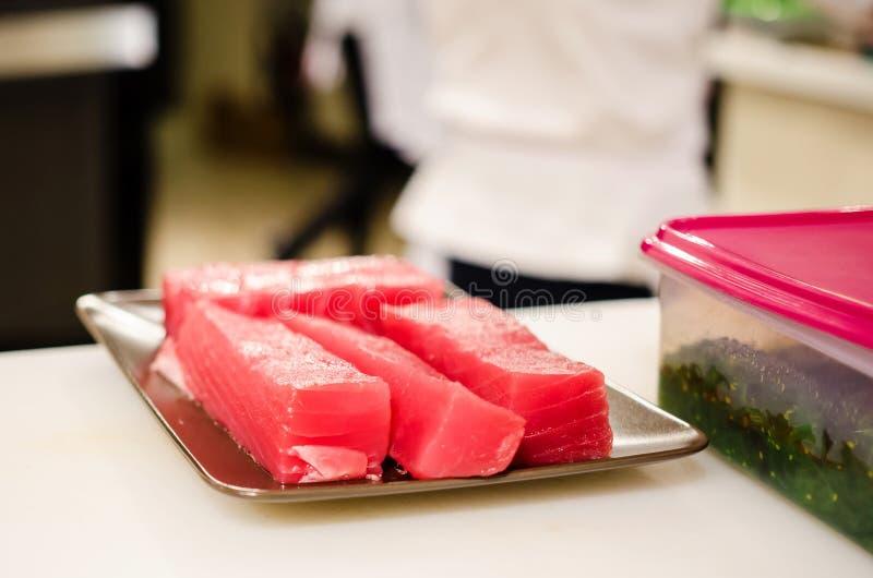 Chef-kok die tonijnlapjes vlees voorbereiden royalty-vrije stock foto's
