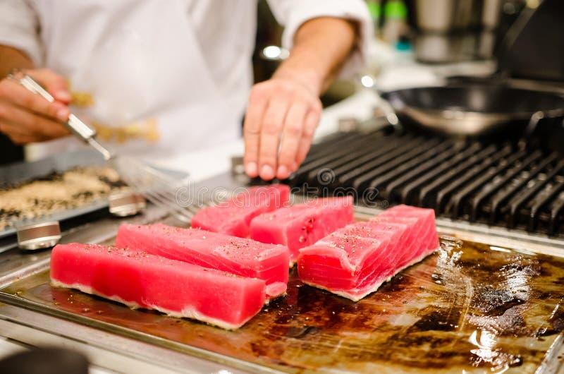 Chef-kok die tonijnlapjes vlees voorbereiden stock fotografie
