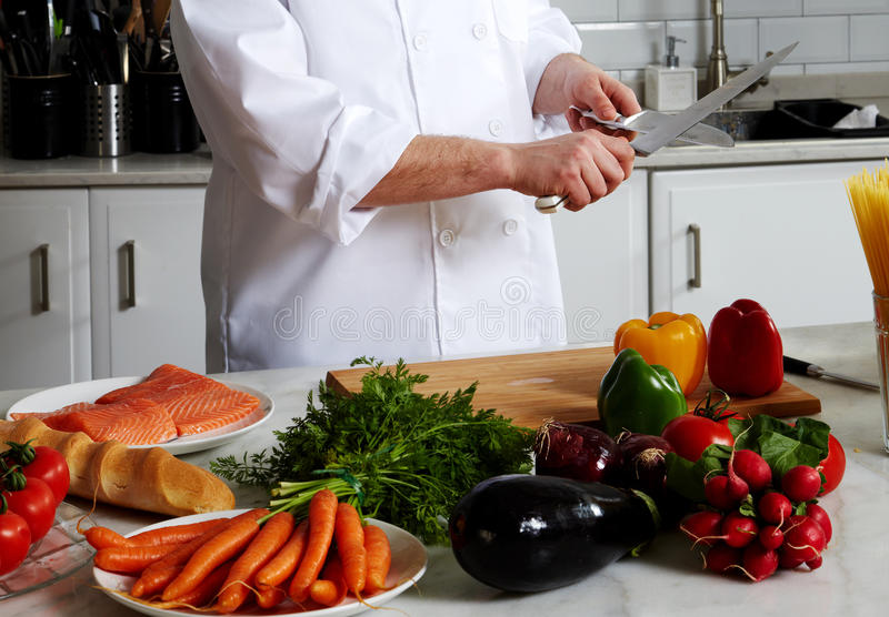 Chef-kok die verschillende schotels voorbereiden stock fotografie