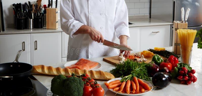 Chef-kok die verschillende schotels voorbereiden stock foto
