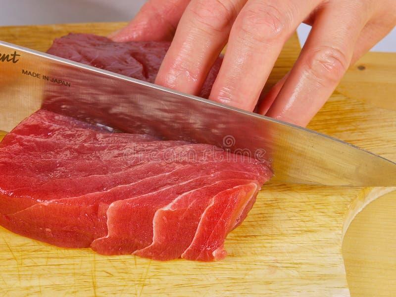 Chef-kok die verse Tonijn snijdt stock fotografie