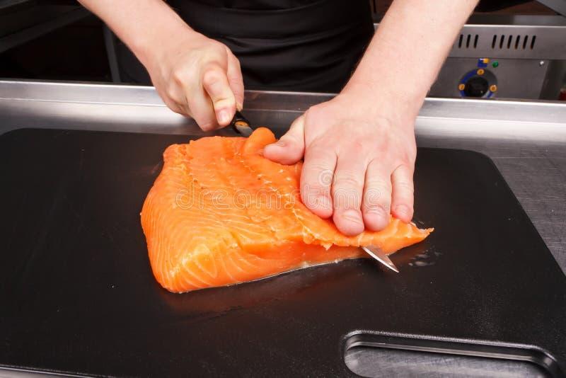 Chef-kok die voedsel voorbereidt royalty-vrije stock foto's