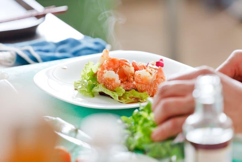 Chef-kok die voedsel voorbereidt royalty-vrije stock afbeeldingen