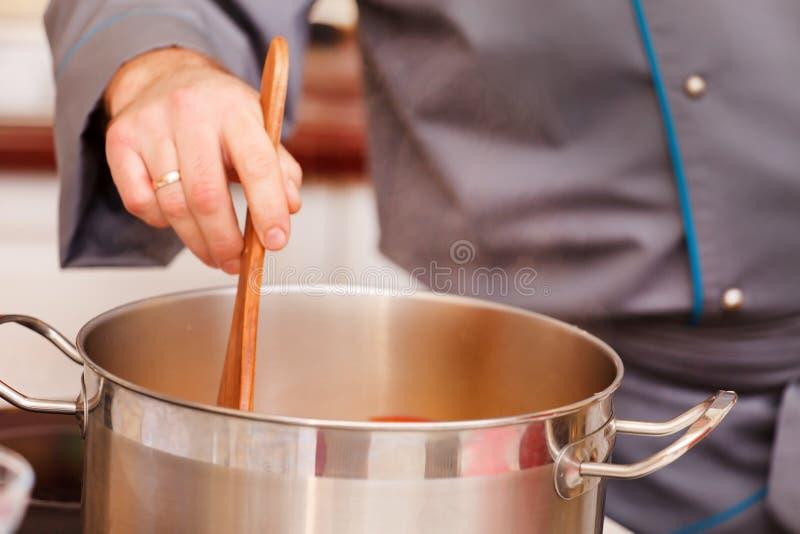 Chef-kok die voedsel voorbereidt stock foto