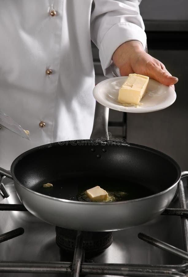 Chef-kok die voedsel voorbereidt royalty-vrije stock foto
