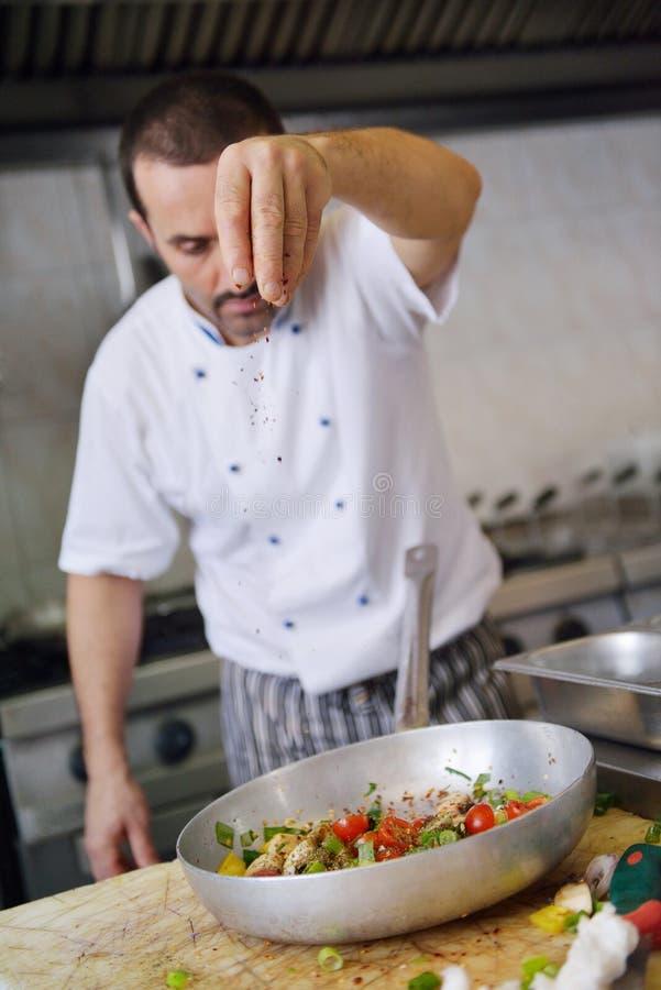 Chef-kok die voedsel voorbereidt royalty-vrije stock afbeelding