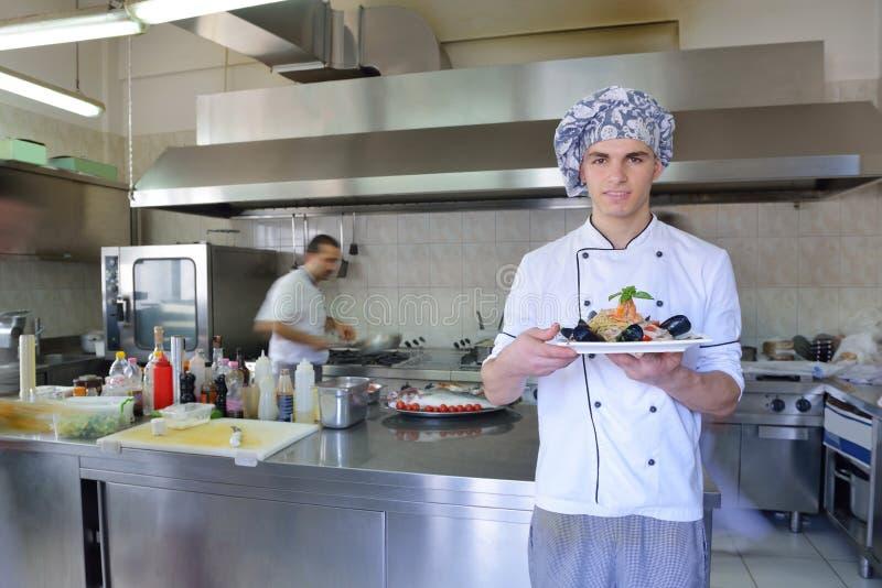 Chef-kok die voedsel voorbereidt stock afbeeldingen