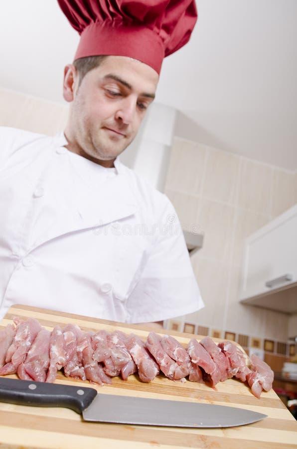 Chef-kok en gesneden lendestuk stock foto