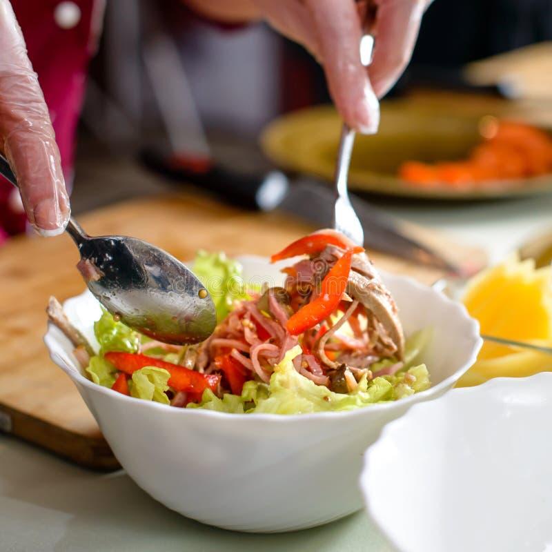 Chef-kok in het restaurant die een verse salade voorbereiden stock foto's