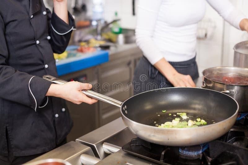 Chef-kok of het smoren vlees in een pan stock foto's