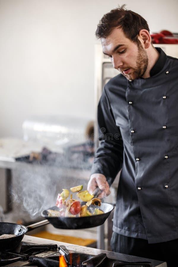 Chef-kok het wegknippen groenten royalty-vrije stock fotografie