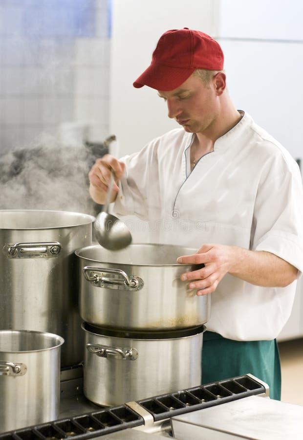 Chef-kok in industriële keuken royalty-vrije stock afbeelding