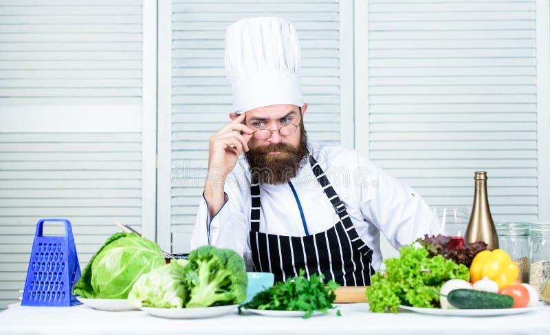 Chef-kok knappe hipster Word klaar Mensen gebaarde chef-kok die klaar kokende heerlijke schotel krijgen Chef-kok bij het werk beg royalty-vrije stock foto's