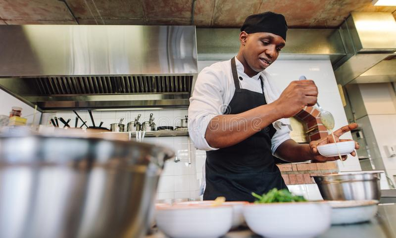 Chef-kok kokend voedsel in restaurantkeuken stock foto