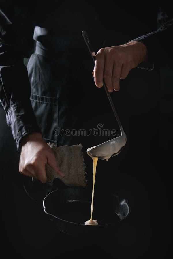 Chef-kok kokende pannekoeken royalty-vrije stock afbeelding