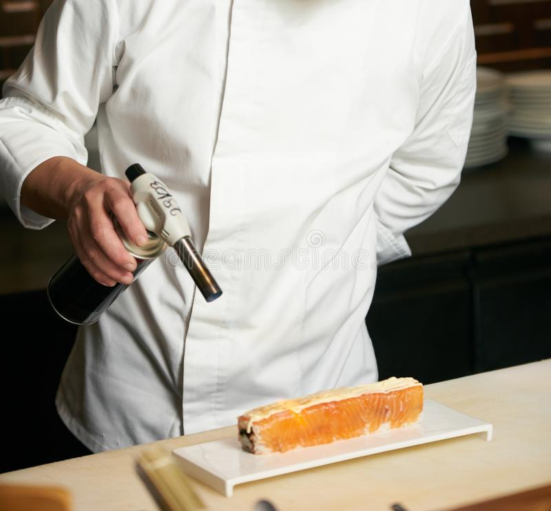 Chef-kok kokende Sushi in de restaurantkeuken royalty-vrije stock fotografie