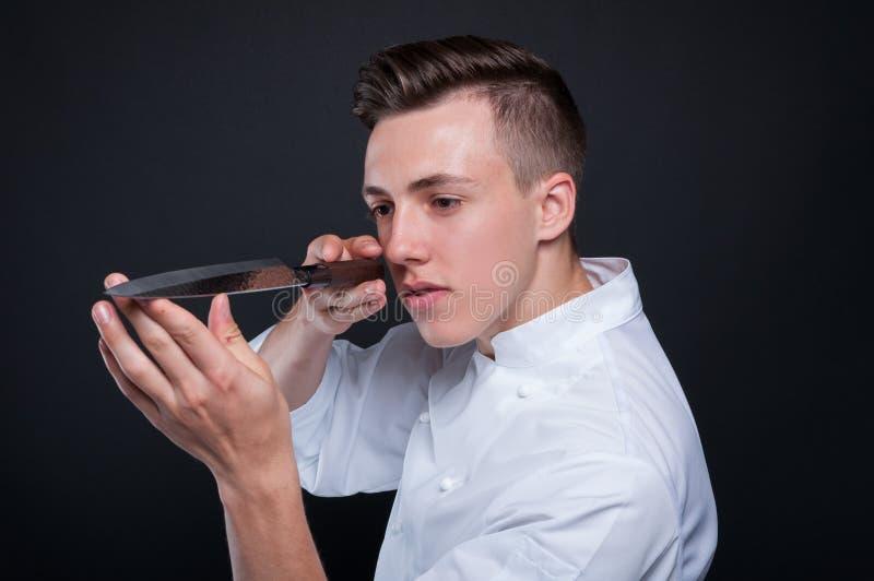 Chef-kok mannelijk portret met zijn mes royalty-vrije stock foto