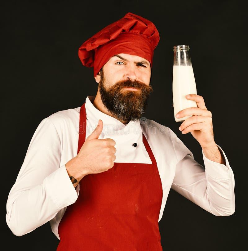 Chef-kok met milkshake of yoghurt Kok met zeker gezicht royalty-vrije stock afbeelding