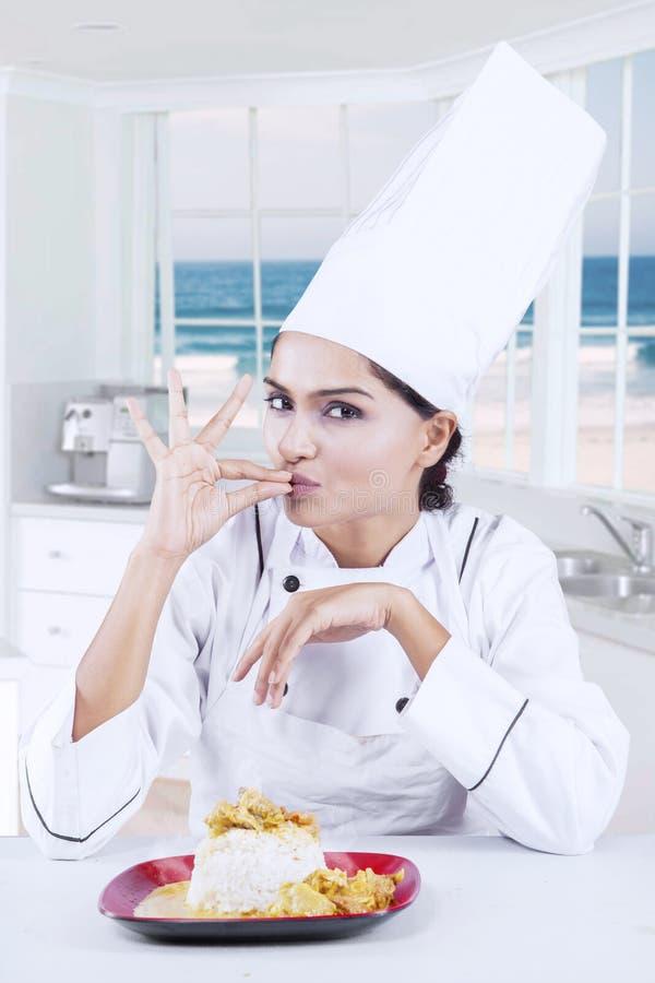 Chef-kok met perfect gebaar en heerlijk voedsel royalty-vrije stock afbeeldingen