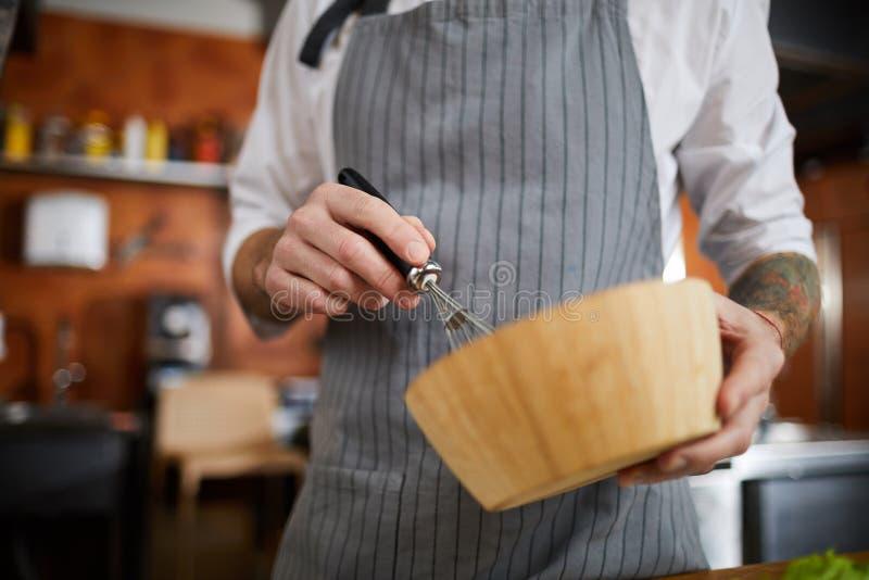 Chef-kok Mixing Eggs royalty-vrije stock fotografie