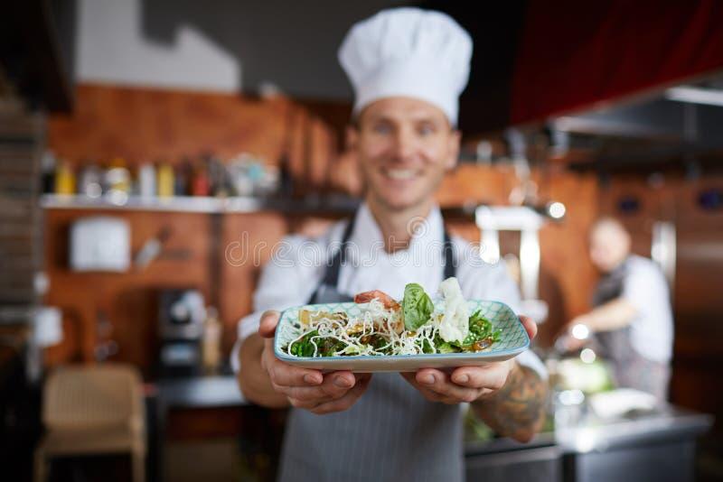 Chef-kok Presenting Dish stock afbeeldingen