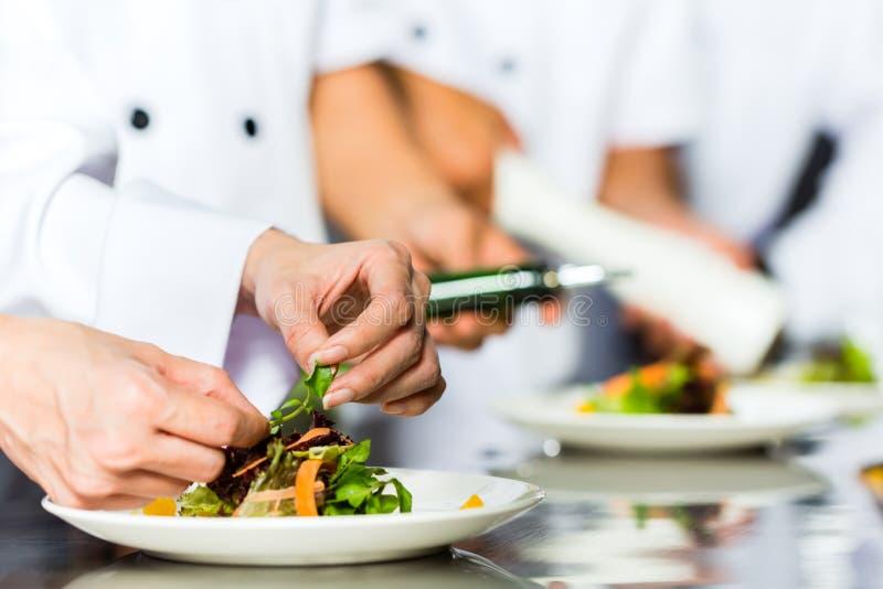 Chef-kok in restaurantkeuken het koken royalty-vrije stock afbeelding