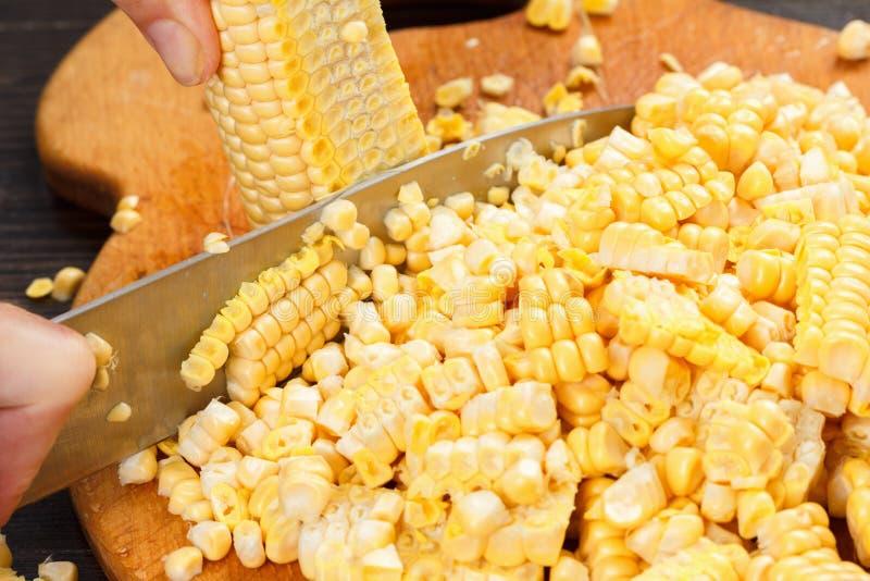 Chef-kok scherp graan voor het koken Voorraad omhoog op de wintervoedsel royalty-vrije stock foto's