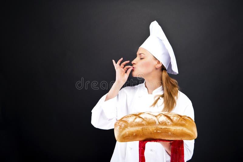 Chef-kokbakker het smailing, gebakken brood stock fotografie