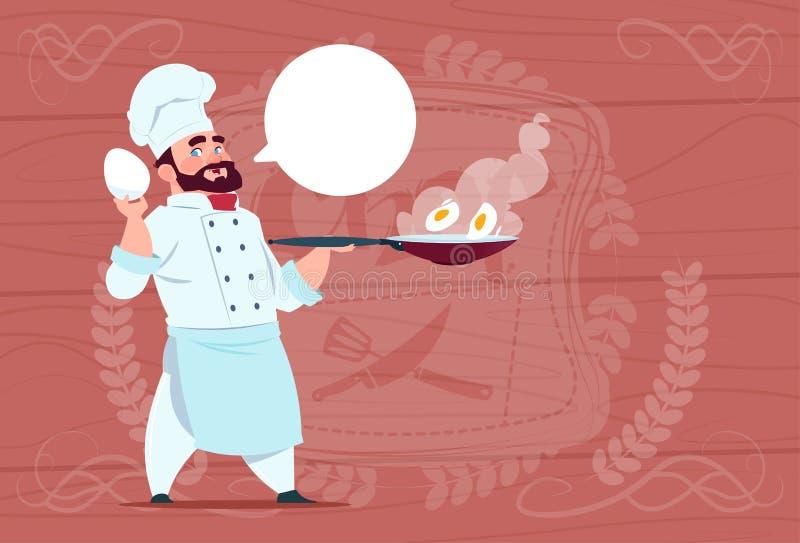 Chef-kokcook Holding Frying Pan With Eggs Smiling Cartoon Leider in Wit Restaurant Eenvormig over Houten Geweven Achtergrond vector illustratie