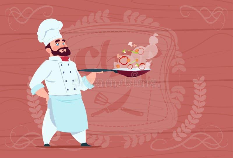 Chef-kokcook Holding Frying Pan With Hot Food Smiling Beeldverhaal in Wit Restaurant Eenvormig over Houten Geweven Achtergrond stock illustratie