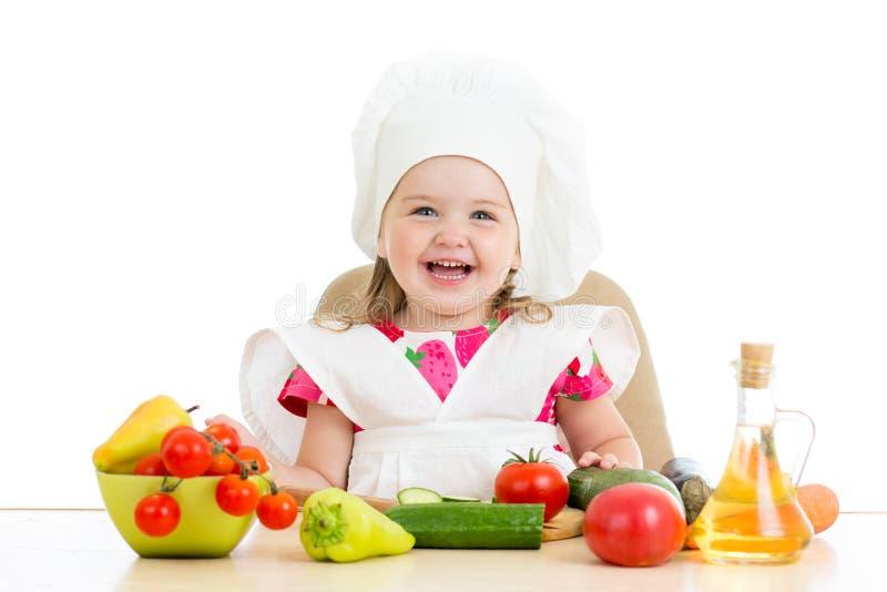 Chef-kokjong geitje die gezond voedsel voorbereiden stock afbeeldingen