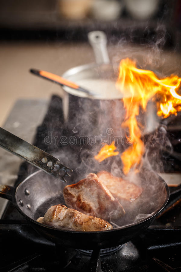 Chef-kokkok in restaurantkeuken stock foto's
