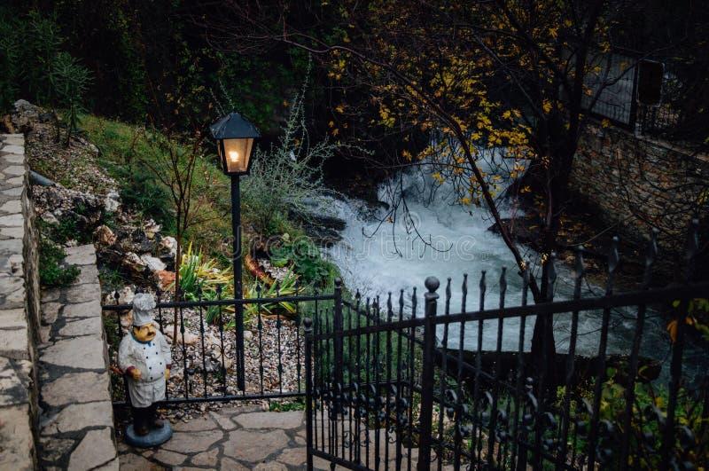 Chef-kokmodel op treden door stromende rivier royalty-vrije stock afbeeldingen