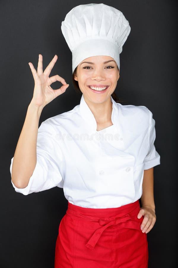 Chef-kokvrouw die een Perfect gebaar met hand geven stock fotografie