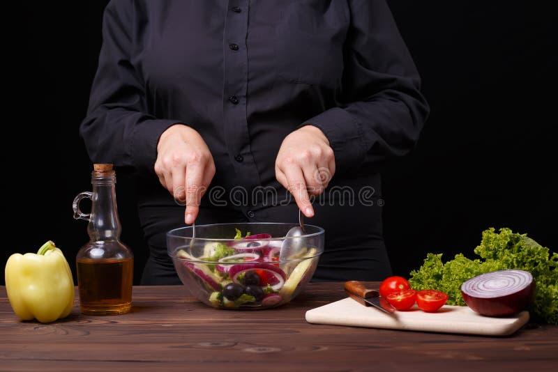 Chef mélangeant la salade fraîche d'été dans une cuvette Procédé de cuisson, resta image libre de droits